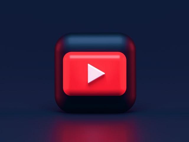 """Nada melhor que padronizar as redes sociais da sua marca com layouts bonitos. Mas para isso, você precisa saber que cada plataforma tem suas medidas. Mesmo que você ache que as capas dos canais do youtube não tem a menor importância, é preciso lembrar que os consumidores sempre julgam um livro pela capa. E isso também vale para a sua página. O Youtube é o maior acervo de vídeos do mundo, é uma infinidade de conteúdo. Em função disso, seu canal precisa se destacar. E a capa é essencial para mostrar a identidade da sua página. Ela também servirá como um informativo da sua página, divulgando eventos, horários dos vídeos e outras informações. Então, acompanhe as próximas dicas para melhorar a sua capa e conquistar os usuários. Importância da personalização da capa: Já ficou claro que a capa é a porta de entrada do seu canal, causando um impacto no usuário que o visitou. Como já mencionamos, é um grande quadro de avisos. Além disso, ajuda o visitante a entender a funcionalidade do canal da sua marca. Confira o exemplo da Nubank, um banco online, que além da cor tão popular de seus cartões de crédito, utilizou sua capa para anunciar que toda quarta-feira tem um novo vídeo no canal. Tamanho da capa: As medidas da capa do Youtube são 2560x1440 px. Mas, lembre-se, a área de segurança mínima para logos e textos é de 1546 x 423 px. Para otimizar o espaço, mantenha as informações importantes, como o texto, centralizadas. Assim, evita ultrapassar a margem de segurança ou que a foto de perfil cubra as informações. Não esqueça de considerar a visualização nos celulares, smart TVs e tablets, além dos computadores. Para trocar a capa da sua página, siga o passo a passo abaixo: Vá até o ícone do seu perfil e clique em """"meu canal""""; Seguido por """"personalizar canal"""", localizado no campo direito superior; Passe o mouse por cima da capa e clique no lápis que aparecerá, por fim, clique em """"editar arte do canal"""" para fazer o upload da nova capa. Também separamos algumas dicas que irão ajuda"""